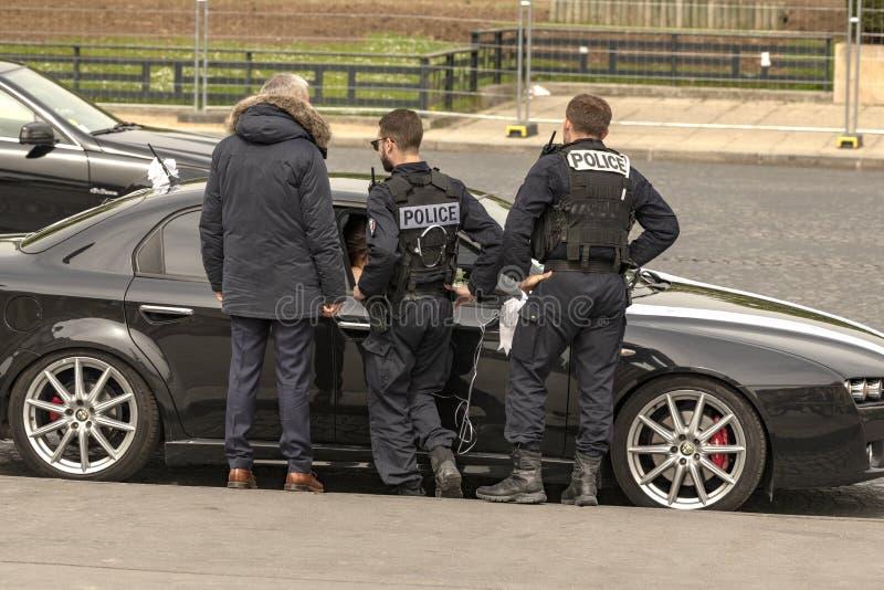 Frankrijk, Parijs, 2019 - 04, slecht geparkeerd van de Politiecontrole auto stock afbeelding