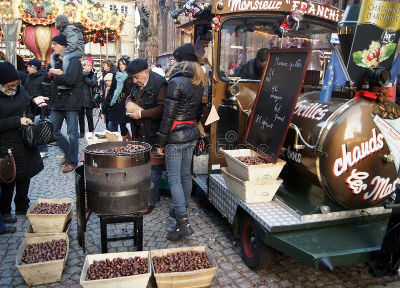 Frankrijk/Straatsburg - 20 11 2014: De mensenmensen kopen kastanjes bij de Kerstmismarkt royalty-vrije stock afbeeldingen