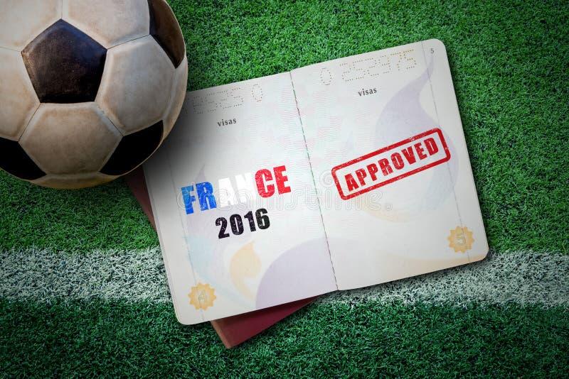 Frankrike begrepp 2016 med passet och fotbollbollen på grönt gräs royaltyfria bilder