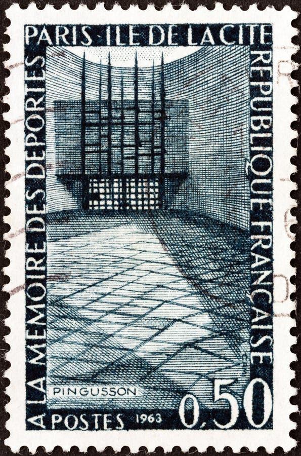 FRANKRIKE - CIRCA 1963: En stämpel som skrivs ut i minnesmärken för Frankrike showförvisade personer, Ile de la Citera, Paris, ci royaltyfri foto