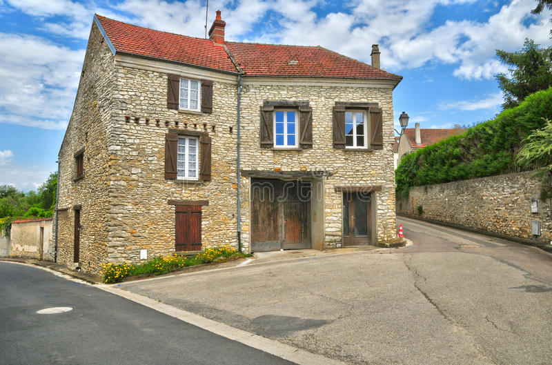 Frankrike den pittoreska byn av det Fontenay helgonet Pere i les Yv arkivfoto