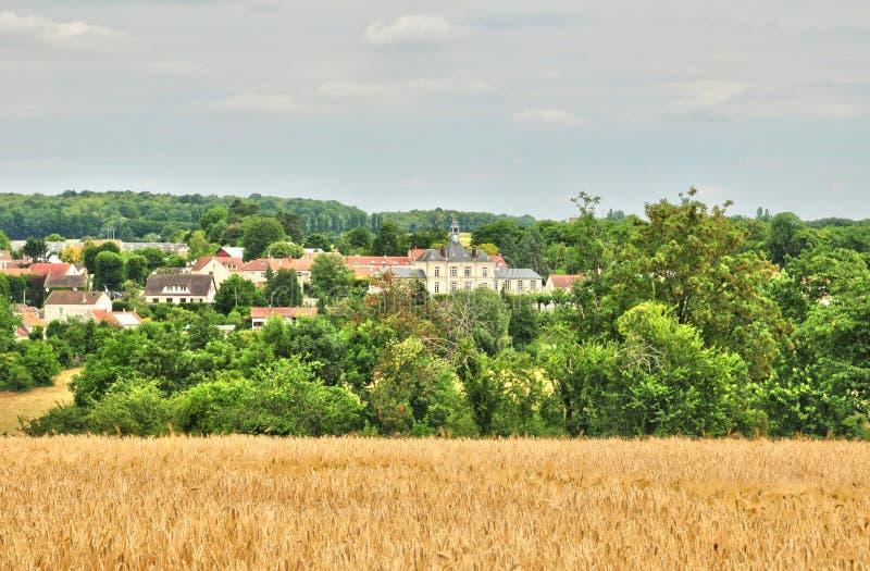 Frankrike den pittoreska byn av det Fontenay helgonet Pere i les Yv royaltyfri fotografi