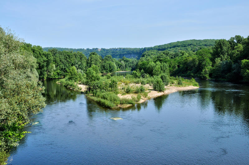 Frankrike Dordogne flod i Cluges i Perigord royaltyfri foto