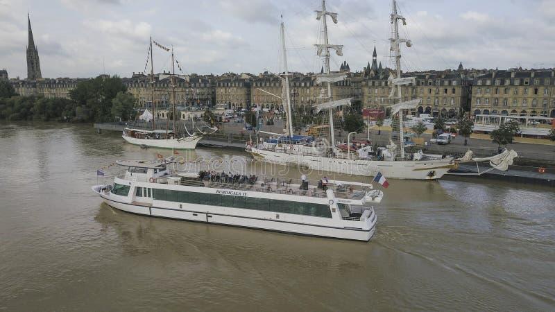 Frankrike Gironde, Bordeaux, Juni, 18, 2018, Garonne för turist- fartyg för flyg- sikt flod royaltyfri foto