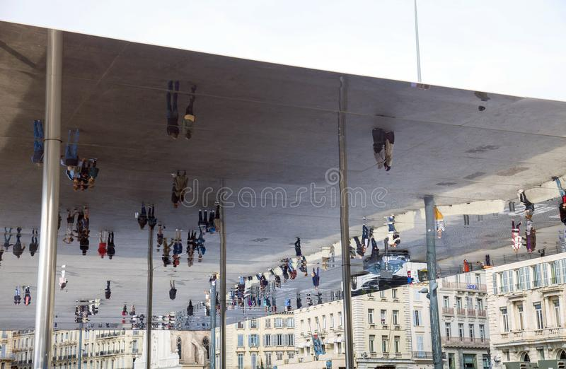 Frankrike, Marseille, den gamla porten och Norman Foster installation royaltyfri foto