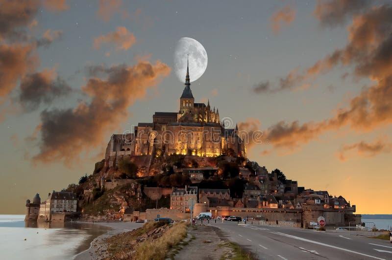 Frankrike Mont Saint Michel p? den bl?a timmen royaltyfria foton