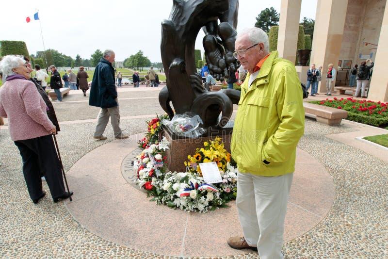 Frankrike Normandie, Juni 6, 2011 - besökare i minnes- komplex i minne av förbundna landningar av Normandie royaltyfri bild