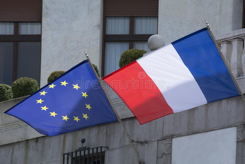 Frankrike och den europeiska flaggan royaltyfri foto