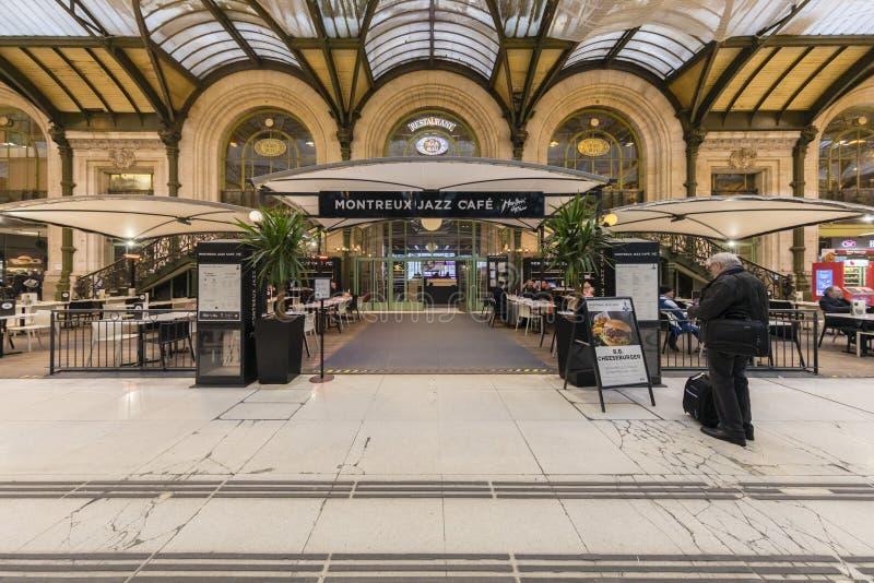 Frankrike Paris, Gare de Lyon, Januari 2019: Montreux jazzkafé och Le Utbildning Bleu restaurang arkivfoton