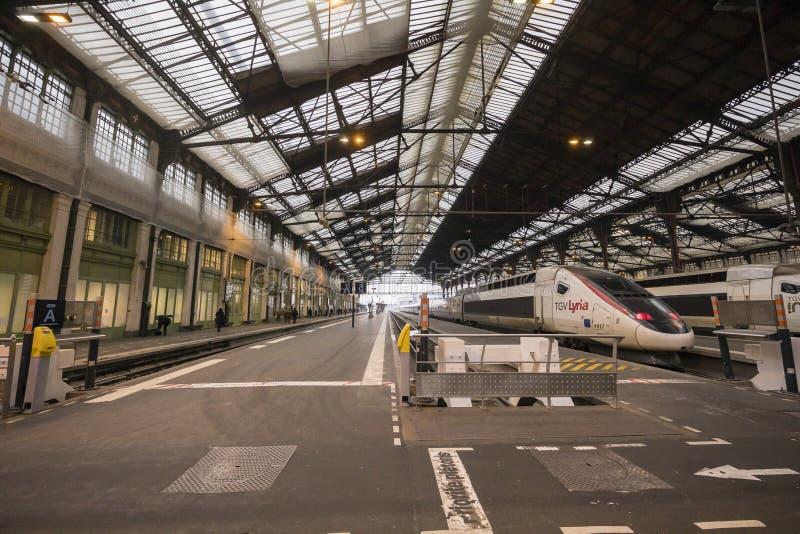 Frankrike Paris, Gare de Lyon, Januari 2019: Snabba drev som parkeras på drevstationen royaltyfria foton