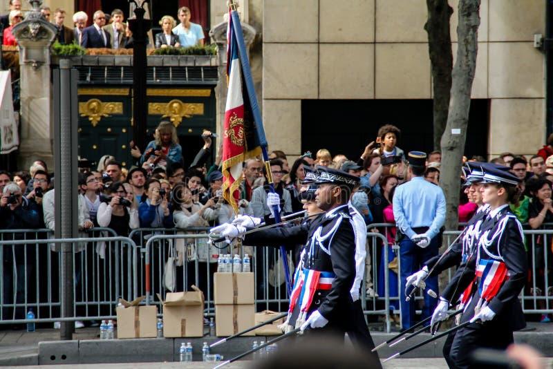 Frankrike Paris - Juli 14, 2014: Deltagare och åskådare på ståtar i heder av Bastilledagen arkivbilder