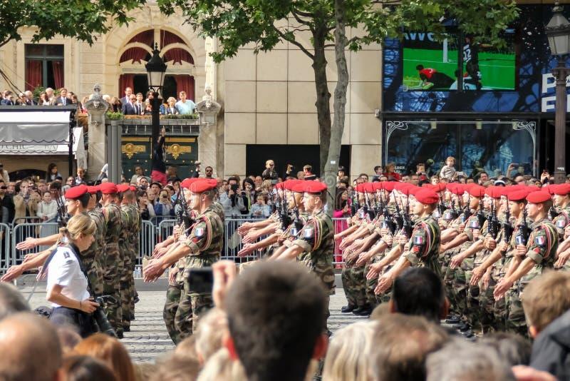 Frankrike Paris - Juli 14, 2014: Deltagare och ?sk?dare p? st?tar i heder av Bastilledagen arkivbild