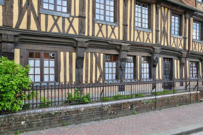 Frankrike pittoresk by av Beuvron en Auge i Normandie royaltyfria bilder