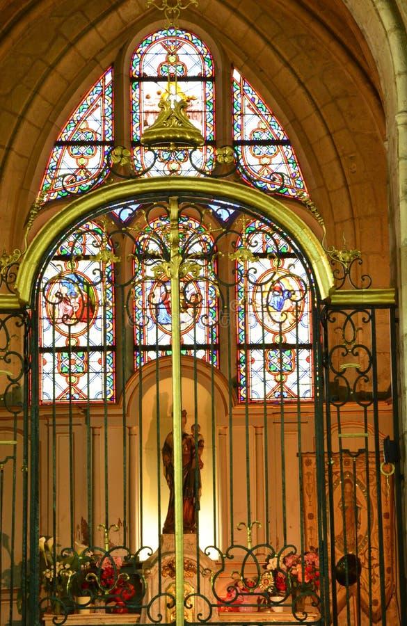 Frankrike pittoresk kyrka av Chambly i Picardie arkivfoton