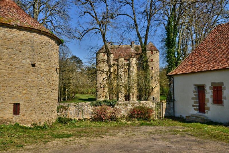 Frankrike pittoresk slott av Chevenon i Nievre royaltyfria bilder