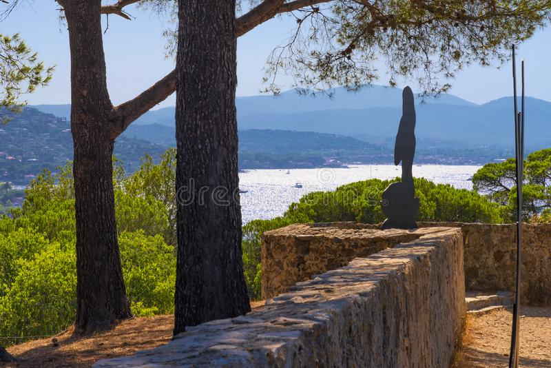 Frankrike Saint Tropez, citadell Sikt till och med några träd och buskar på citadellen, vattnet av fjärden eller Saint Tropez och arkivfoton