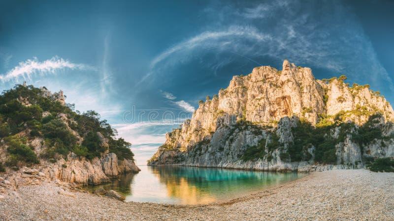 Frankrike svartvinbärsläsk Panorama av Calanques på den Azure Coast Of France At morgonsoluppgången Tid royaltyfri fotografi