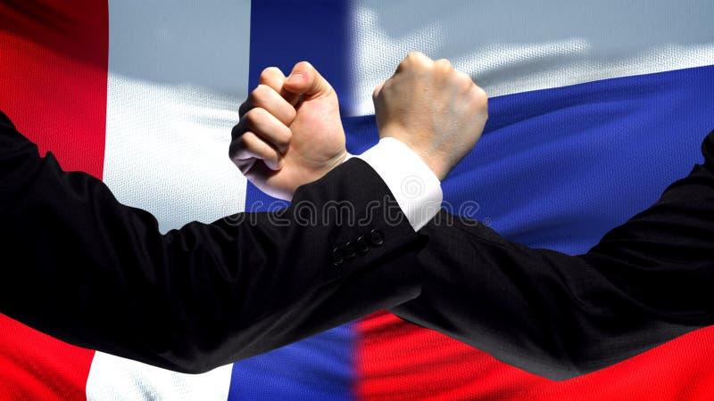 Frankrike vs Ryssland konfrontation, landsmotsättning, nävar på flaggabakgrund fotografering för bildbyråer