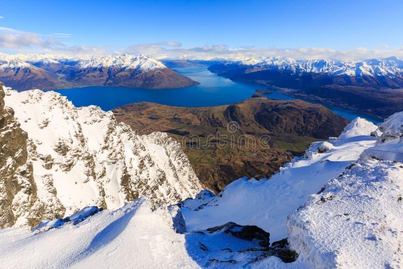 Frankton和湖WakatipuQueenstown,新西兰鸟瞰图  免版税图库摄影