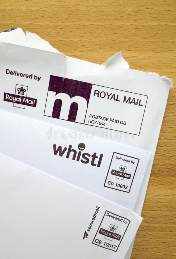 Franqueo de Royal Mail pagado y sobres de la entrega en una mesa foto de archivo libre de regalías