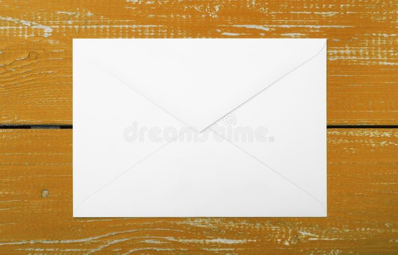 Franqueo y servicio del embalaje - fondo de madera del marrón del sobre fotos de archivo libres de regalías