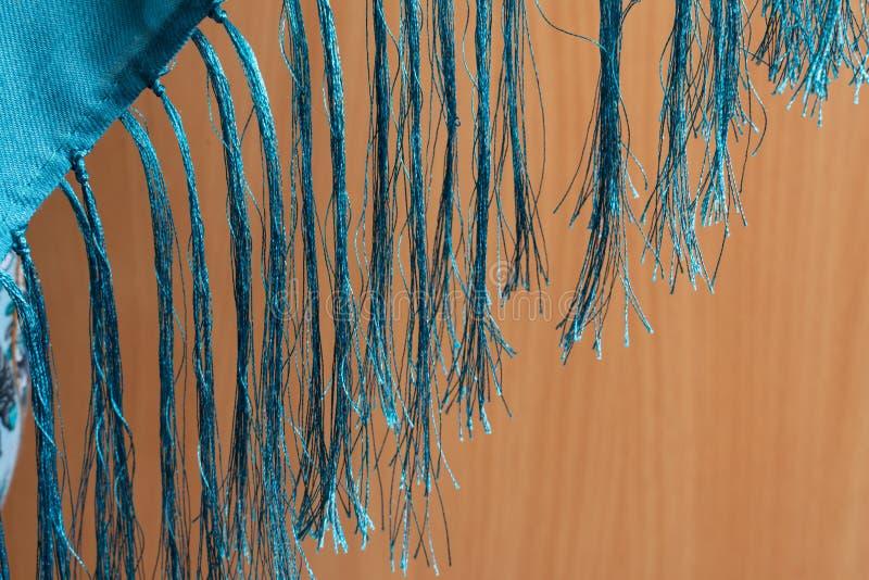 Frans av trådar på träbakgrund arkivfoton