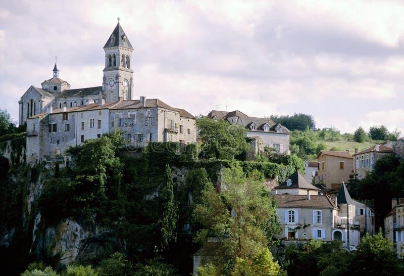 Frans dorp op heuvel de partijvallei Midi Frankrijk stock fotografie