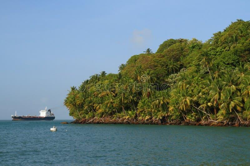 Frans-Guyana, Iles du Salut - Eilanden van Redding: Koninklijk Eiland - Kustlijn royalty-vrije stock foto's