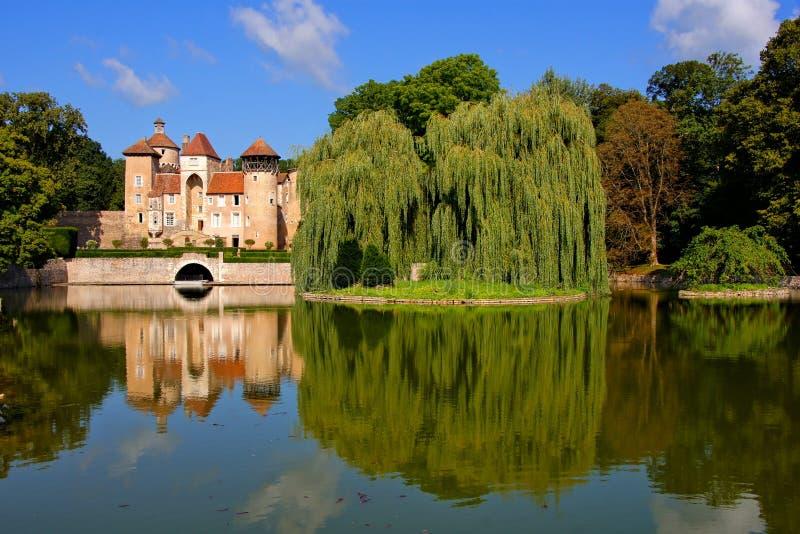 Frans oever van het meerkasteel met eflections, Bourgondië royalty-vrije stock foto's