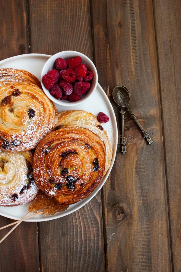 Frans ontbijt met kaneelbroodjes en frambozen royalty-vrije stock fotografie