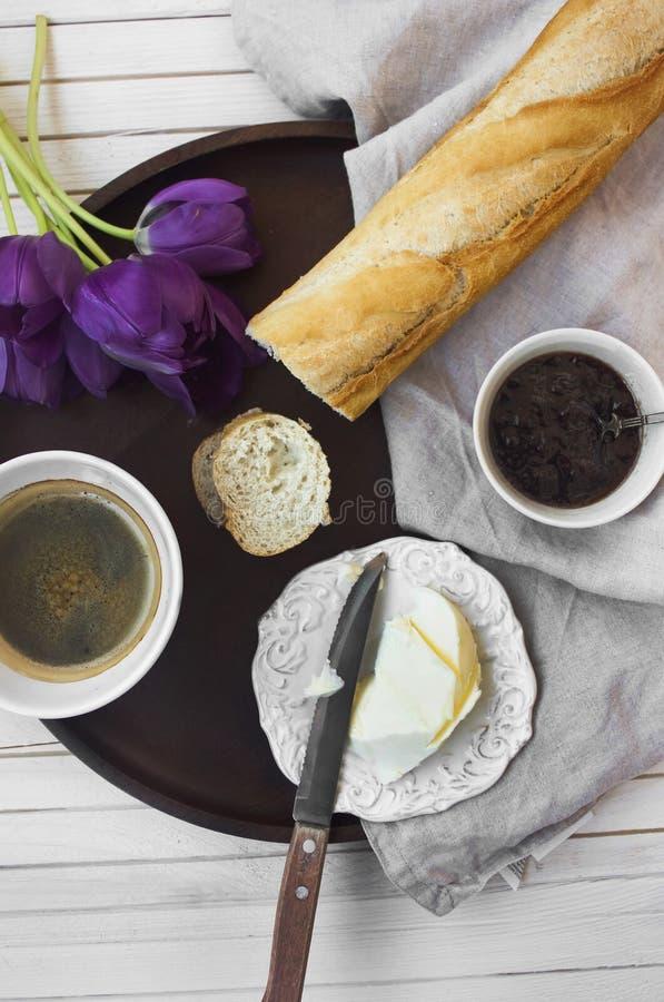 Frans ontbijt met koffie, jam en baguette stock foto's