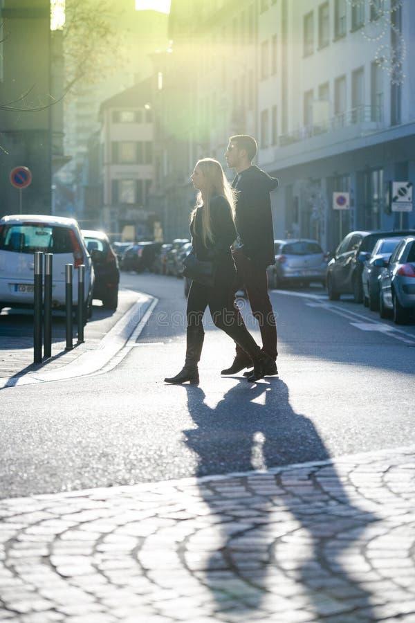 Frans paar die op straat lopen stock foto's