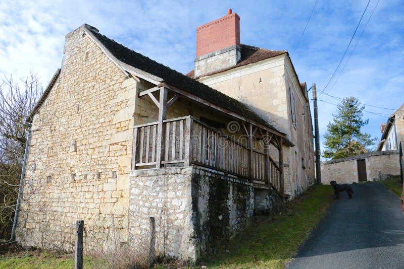 Frans plattelandshuis met blauwe hemel stock foto's