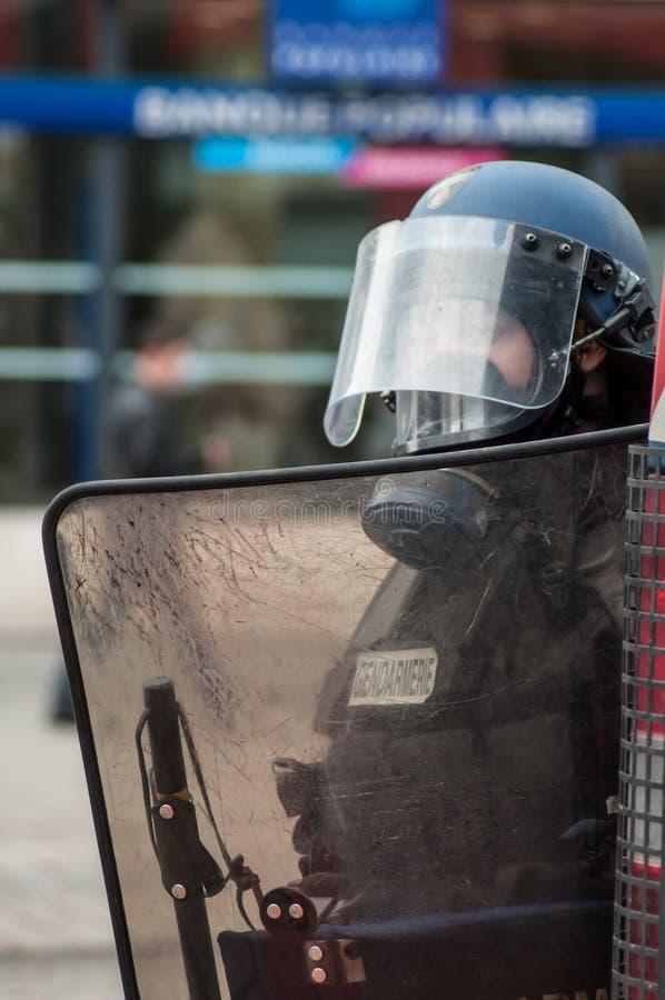 Frans politieagenteportret tijdens de rel van middelbare schoolstudenten op de zijlijn van de beweging van gele vesten stock foto's