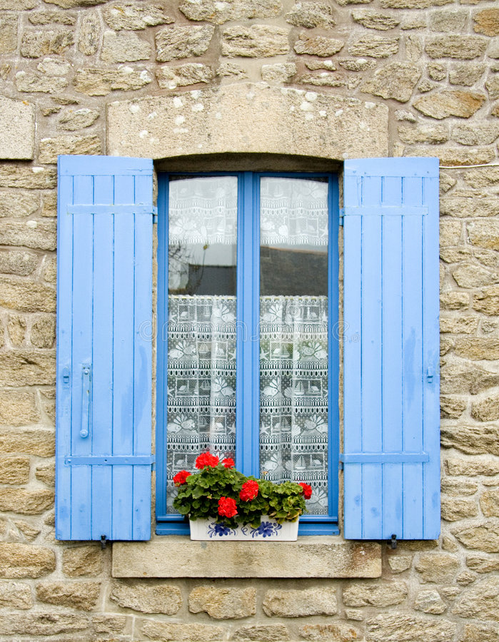 Frans venster met blauwe blinden royalty-vrije stock fotografie