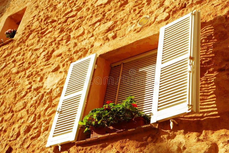 Frans venster met witte blinden royalty-vrije stock afbeeldingen