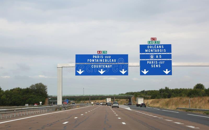 Frans verkeerslicht om naar Parijs op de autosnelweg in Frankrijk te gaan royalty-vrije stock afbeeldingen