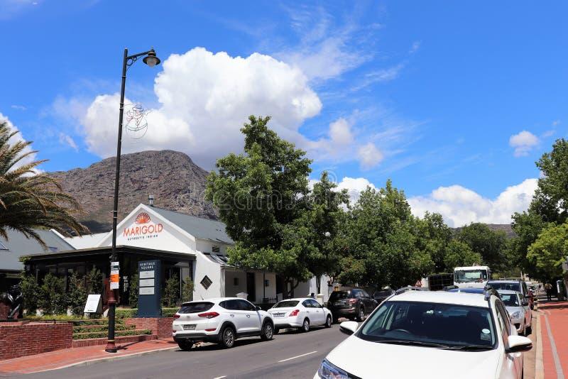Franschhoek är en hemtrevlig liten stad i Sydafrikas vinområde royaltyfri fotografi