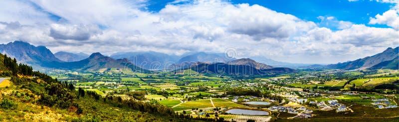 Franschhoekvallei in de Westelijke Kaapprovincie van Zuid-Afrika met zijn vele wijngaarden die deel van de Kaap Winelands uitmake stock afbeelding