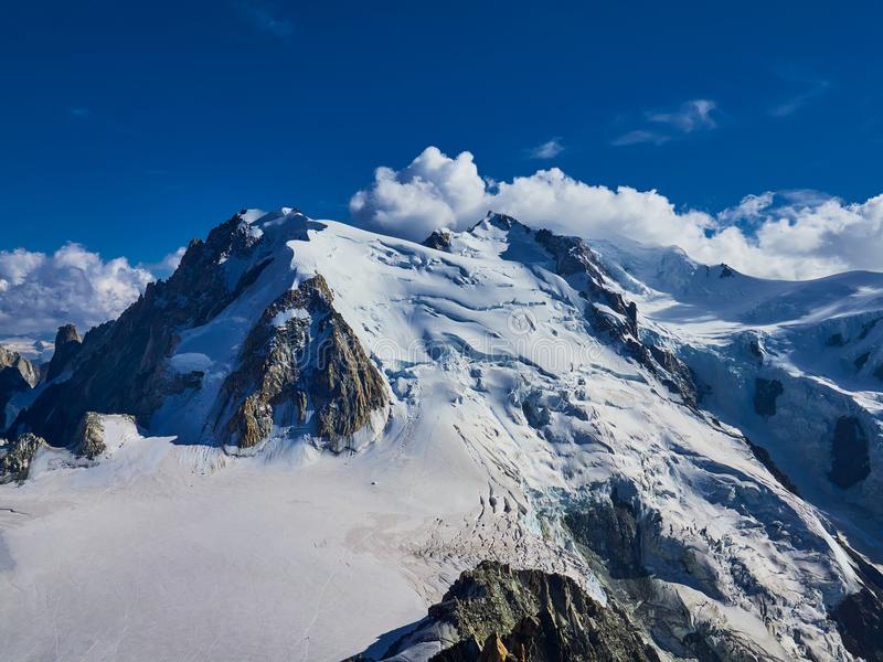 Franse Alpen, Mont Blanc en gletsjers zoals die van Aiguille du Midi, Chamonix, Frankrijk worden gezien stock afbeeldingen