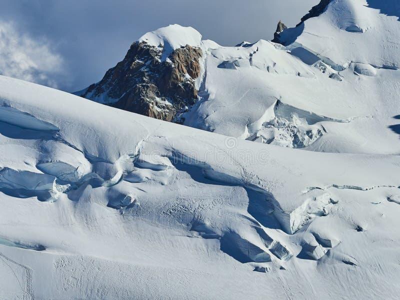 Franse Alpen, Mont Blanc en gletsjers zoals die van Aiguille du Midi, Chamonix, Frankrijk worden gezien royalty-vrije stock afbeelding