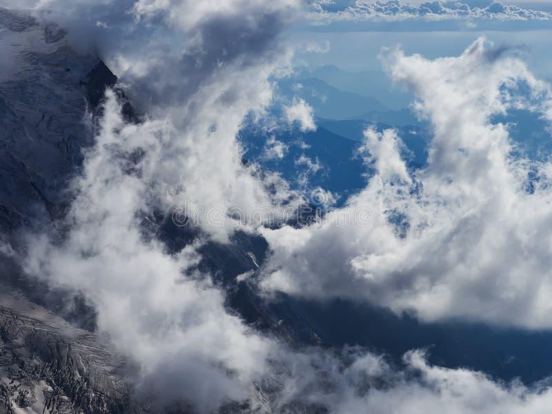 Franse Alpen, Mont Blanc en gletsjers zoals die van Aiguille du Midi, Chamonix, Frankrijk worden gezien stock foto's