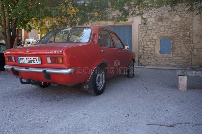 Franse auto in klein dorp royalty-vrije stock afbeeldingen