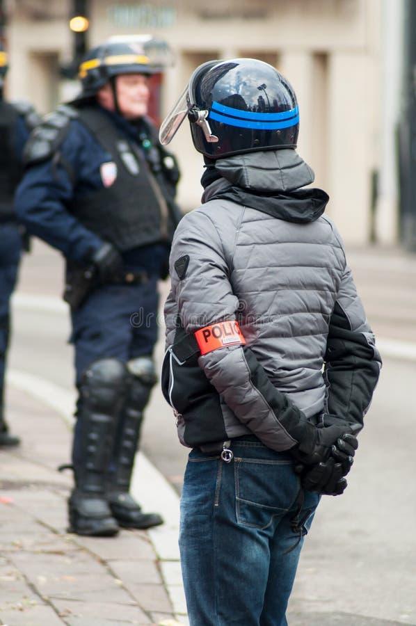 Franse burgerlijke politieagent met helm tijdens de rel van middelbare schoolstudenten op de zijlijn van de beweging van gele ves royalty-vrije stock foto