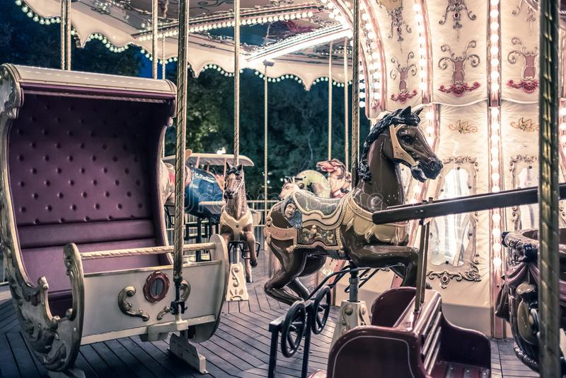 Franse carrousel in een vakantiepark stock afbeeldingen