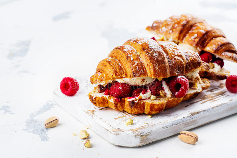 Franse croissants met roomkaas en framboos royalty-vrije stock afbeelding