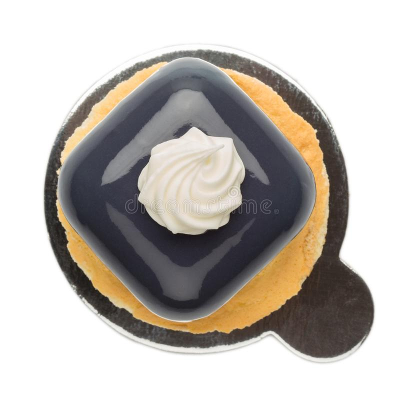 Franse die moussecakes op koekjes met donkere glans worden behandeld royalty-vrije stock fotografie