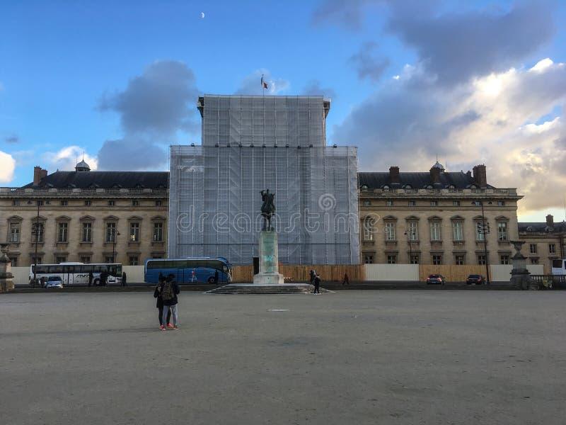 Franse Ecole Militaire met centrumsectie in aanbouw, bij zonsondergang, Parijs, Frankrijk royalty-vrije stock foto's