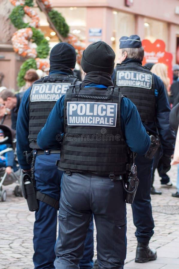 Franse gemeentelijke politiepatrouille bij Kerstmismarkt royalty-vrije stock foto's
