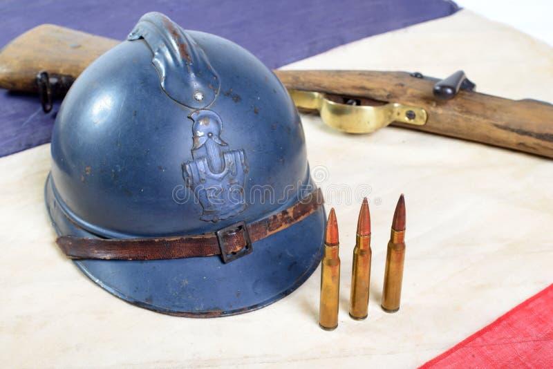 Franse helm van de Eerste Wereldoorlog met een kanon op Franse vlag stock fotografie